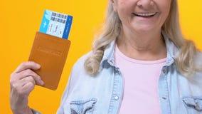 Bilhetes mostrando fêmeas envelhecidos Excited do passaporte e do curso, férias do feriado, viagem video estoque