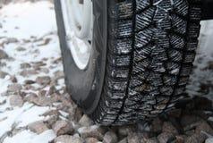 Bilhjul med snögummihjulet på vintergrusvägen Royaltyfria Bilder