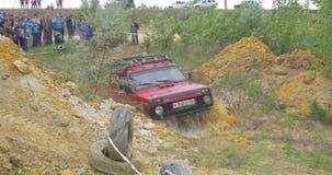 Bilhjul på en grusväg Av-väg gummihjul som täckas med gyttja, smutsterräng Utomhus-, affärsföretag och loppsuv Bilgummihjul arkivfilmer