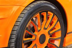 Bilhjul stänger sig upp royaltyfria foton