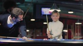 Biliardo americano Uomo felice con il ragazzo che gioca biliardo, snooker video d archivio