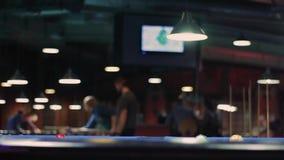 Biliardo americano Uomo irriconoscibile che gioca biliardo, snooker video d archivio