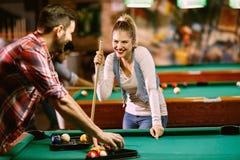 Biliardo - coppia che gode mentre giocando biliardo fotografie stock
