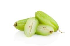 Bilimbi (bilimbi Linn di Averhoa ) o fetta della frutta del cetriolo su bianco fotografia stock