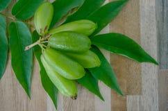 Bilimbi Live Bilimbing, frukt för gurkaAverrhoabilimbi på tegelplattayttersidan Arkivfoto