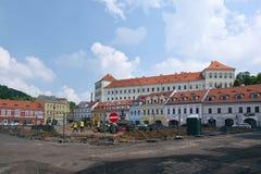Bilina,捷克共和国- 2018年5月12日:Mirove namesti的历史房子在generall重建时在小山摆正并且锁 图库摄影
