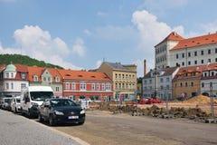 Bilina, чехия - 12-ое мая 2018: автомобили и исторические дома на namesti Mirove придают квадратную форму во время реконструкции  стоковые фото