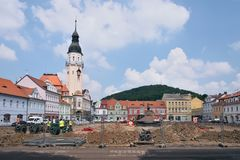 Bilina, чехия - 12-ое мая 2018: исторические дома на namesti Mirove придают квадратную форму во время реконструкции generall весн стоковое фото