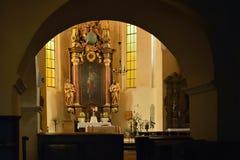 Bilina, чехия - 12-ое мая 2018: солнечный интерьер Kostel sv Petra церковь Pavla с алтаром стоковое фото