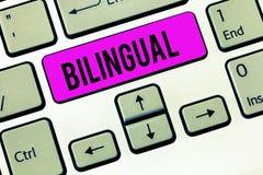 Bilingue conceptuel d'apparence d'écriture de main Photo d'affaires présentant parlant deux langues couramment ou travailler dava photo libre de droits