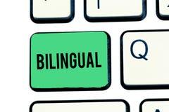 Bilingue d'écriture des textes d'écriture Signification de concept parlant deux langues couramment ou plus de travail comme tradu photo libre de droits