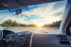 Bilinstrumentbräda och styrninghjul inom av bilen Arkivbilder