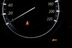 Bilinstrumentbräda som visar säkerhetsbältevarningsljuset royaltyfri fotografi