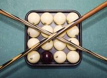Biljard, billiardtabell, bollar och stickreplik Bollar i magasinet och Arkivfoto