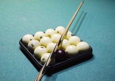 Biljard, billiardtabell, bollar och stickreplik Bollar i magasinet och Arkivbilder