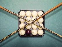 Biljard, billiardtabell, bollar och stickreplik Bollar i magasinet och Royaltyfria Bilder