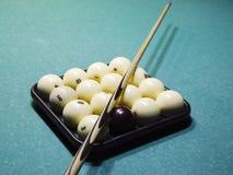 Biljard, billiardtabell, bollar och stickreplik Bollar i magasinet och Royaltyfri Foto