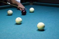 Biljard billiardtabell Uppsätta som mål stickrepliken i bollen för rackarunge Royaltyfria Foton