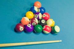 Biljartballen en richtsnoer op biljartlijst Royalty-vrije Stock Fotografie