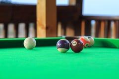 Biljartballen op de groene poollijst stock foto's
