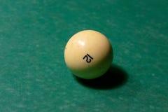 Biljartballen op een groene poollijst royalty-vrije stock afbeelding