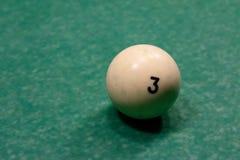 Biljartballen op een groene poollijst royalty-vrije stock afbeeldingen