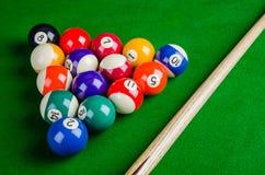 Biljartballen op groene lijst met biljartrichtsnoer, Snooker, stock foto