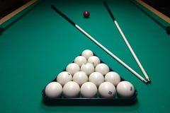 Biljartlijst en richtsnoer met witte ballen royalty-vrije stock foto