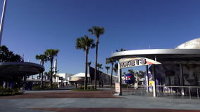 Biljettbås på Kennedy Space Center Main Entrance CAPE CANAVERAL, FLORIDA OKTOBER 18, 2015 lager videofilmer