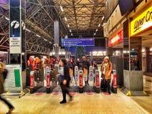Biljettbarriärer på den läs- järnvägsstationen Arkivfoto