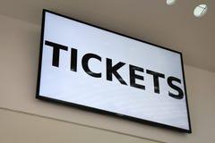 Biljetter på en lcd-bildskärm Arkivfoton