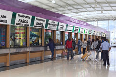 Biljettkontor i Quitumbe bussterminal i Quito, Ecuador Arkivbild