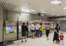 Biljettmaskiner på gångtunnelen i Shanghai, Kina royaltyfria foton