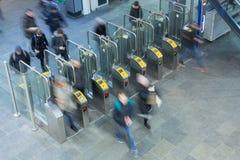 Biljettportar på en järnvägsstation royaltyfria bilder