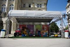 Biljettställning av UTGÅNGSfestivalen 2015 i centrum av Novi Sad Arkivfoton