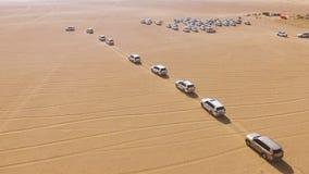 bilkörning för 4x4 SUVs till och med sanddyerna i öknen av Abu Dhabi materiel Bästa sikt på SUVs i öknen Arkivfoto