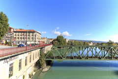 Bilkörning längs Dora Baltea River av Ivrea och Ivrea cityscape i Piedmont, Italien royaltyfri foto