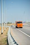 Bilkörning på den nya vägen Royaltyfria Bilder