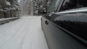 Bilkörning på den snöig vägen för berg stock video