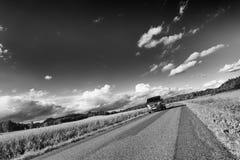 Bilkörning på en smal landsväg Fotografering för Bildbyråer