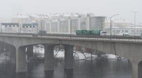 Bilkörning på en snöig dag på Essingeleden, en motorway i centrala Stockholm Royaltyfri Foto