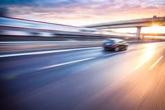 Bilkörning på motorvägen, rörelsesuddighet Royaltyfri Bild