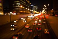 Bilkörning på nattvägen royaltyfri foto