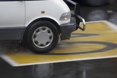 Bilkörning på tecken för 40 zon arkivfoto