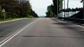 Bilkörning på vägen till och med skogområde lager videofilmer