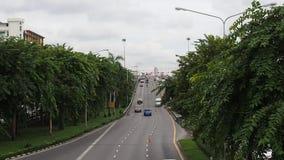 Bilkörning till och från grunden av den Phra Pinklao bron med träd, Bangkok stock video