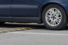 Bilkörning till och med en närbild för hastighetsbula fotografering för bildbyråer