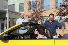 bilkollegakontor som slår samman arbete Arkivbilder