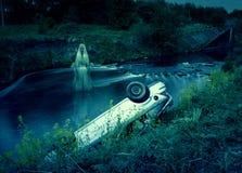 Bilkrasch i floden med spöken Royaltyfri Fotografi
