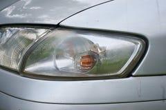 Bilkrasch, medlet med en defekt blinker Arkivfoto